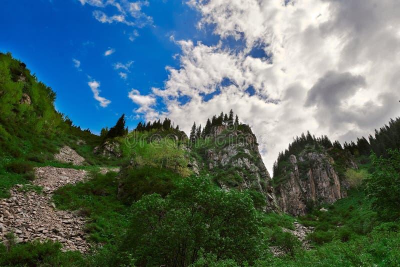 Cachoeira butakovsky, natureza, montanhas, perto de almaty com céu e cloudRiver perto da cachoeira butakovsky perto de Almaty, pa imagem de stock