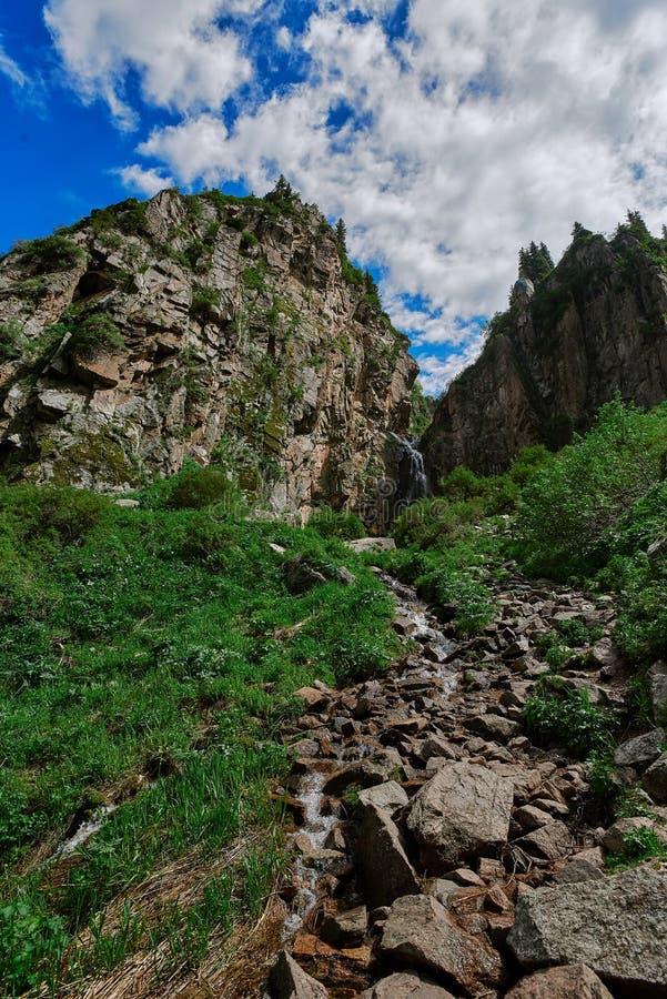 Cachoeira butakovsky, natureza, montanhas, perto de almaty com céu e cloudRiver perto da cachoeira butakovsky perto de Almaty, pa imagens de stock