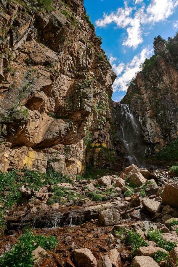 Cachoeira butakovsky, natureza, montanhas imagem de stock