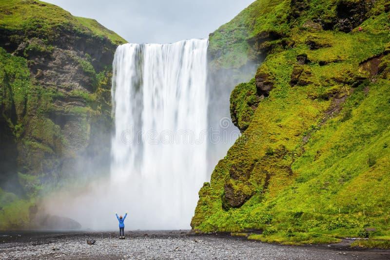 A cachoeira chocada turista da beleza imagem de stock