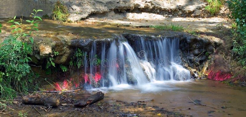 Cachoeira colorida pequena em Spain fotografia de stock