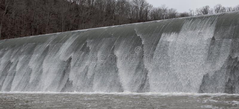 Cachoeira colorida que deixa de funcionar no assoalho de pedra foto de stock