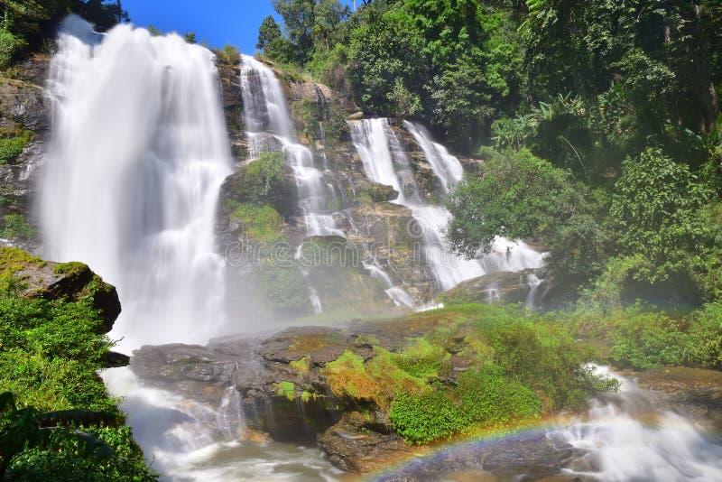 Cachoeira com arco-íris foto de stock