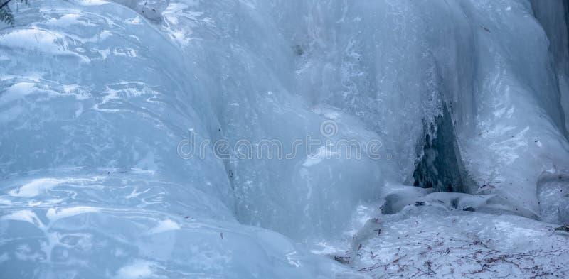 Cachoeira congelada ao longo da estrada de Yellowhead fotografia de stock royalty free