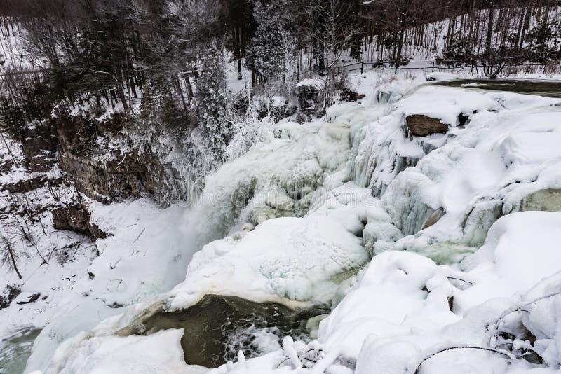 Cachoeira congelada - Chittenango cai o parque estadual - Cazenovia, novo imagens de stock