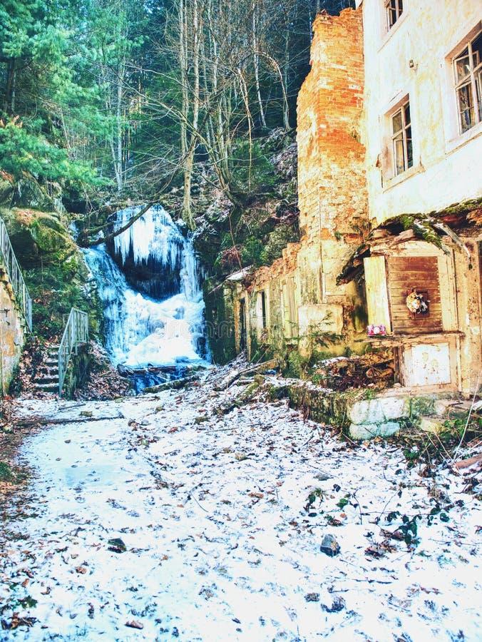 Cachoeira congelada entre rochas Cachoeira caída do fole do sincelo, foto de stock royalty free