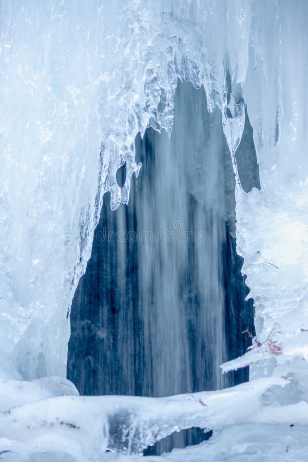 Cachoeira congelada - estrada de Yellowhead - água de corrida do derretimento imagem de stock