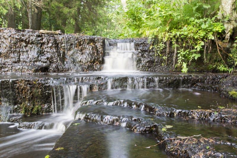 Cachoeira da cascata de Treppoja que desliza abaixo do platô da pedra calcária fotos de stock royalty free