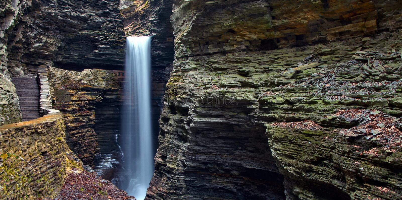 Cachoeira da caverna em Watkins Glen State Park imagem de stock royalty free