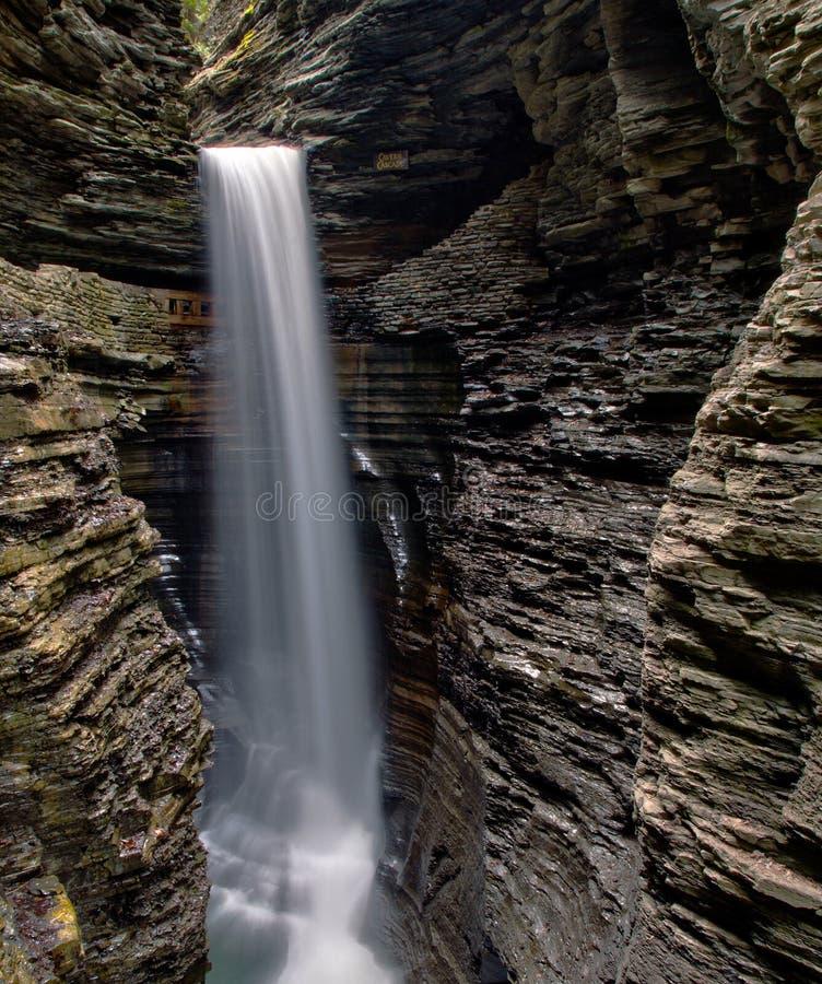 Cachoeira da caverna em Watkins Glen State Park fotos de stock royalty free