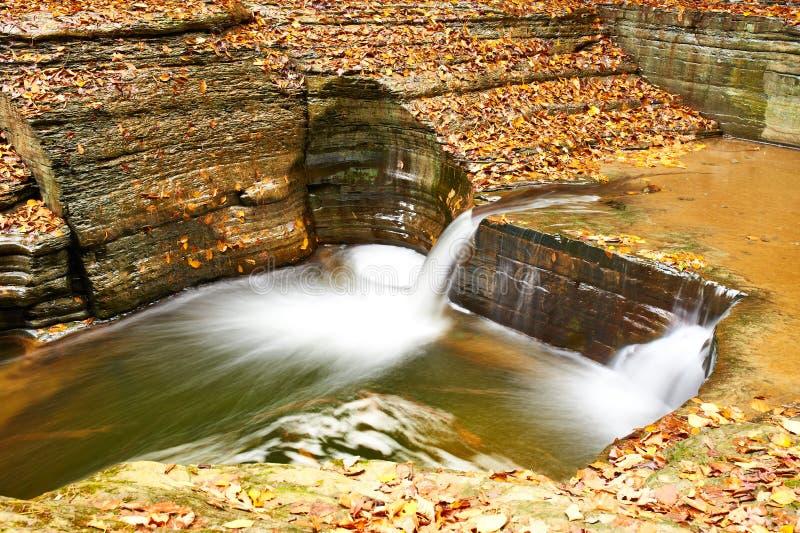 Cachoeira da caverna no parque estadual do vale de Watkins fotos de stock