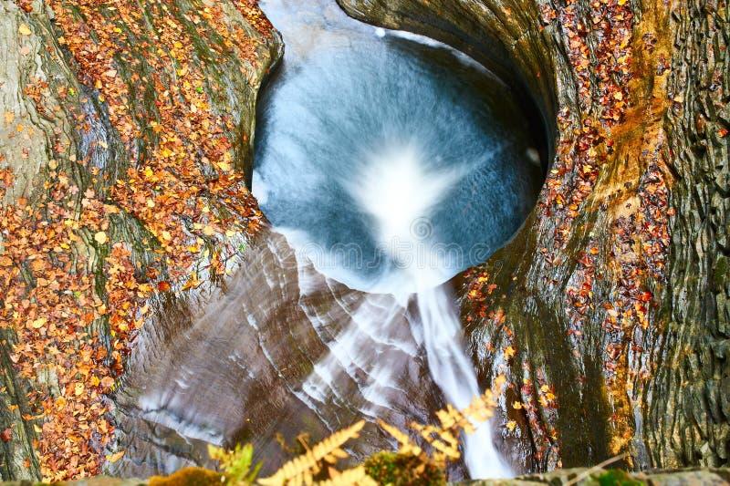 Cachoeira da caverna no parque estadual do vale de Watkins imagens de stock