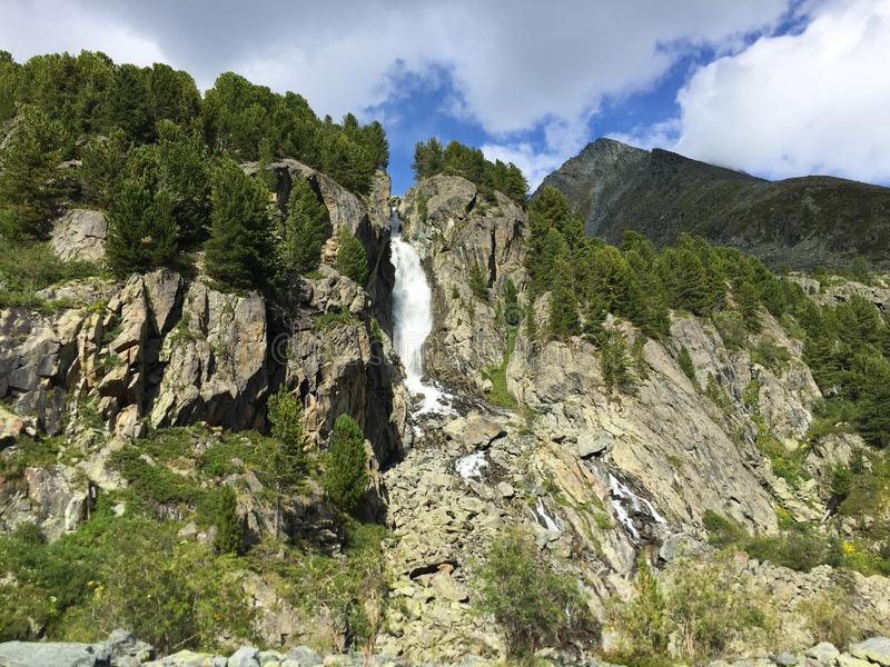 Cachoeira da montanha entre as rochas Montanhas de Altai, Sib?ria, R?ssia imagens de stock royalty free