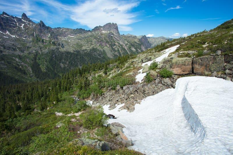 Cachoeira da montanha Paisagem muito bonita com a montanha waterfal fotos de stock