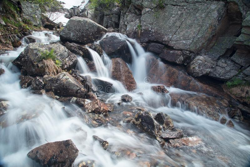 Cachoeira da montanha Paisagem muito bonita com a montanha waterfal imagens de stock