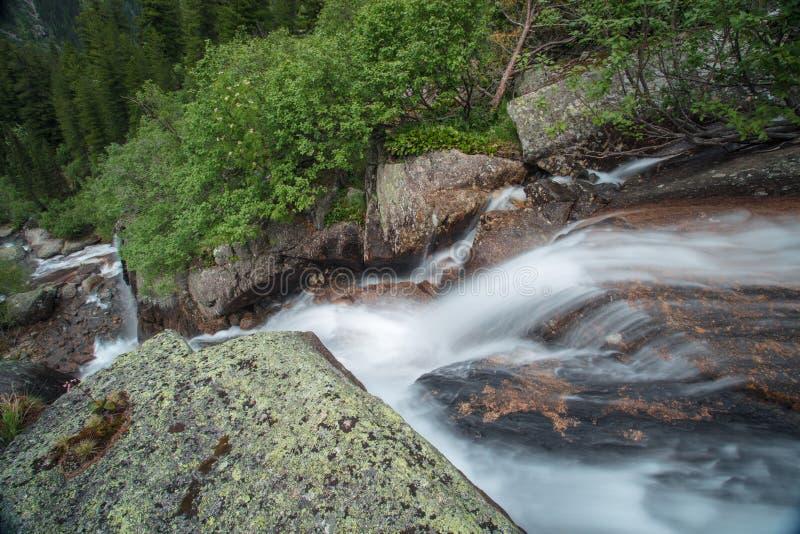 Cachoeira da montanha Paisagem muito bonita com a montanha waterfal imagem de stock royalty free