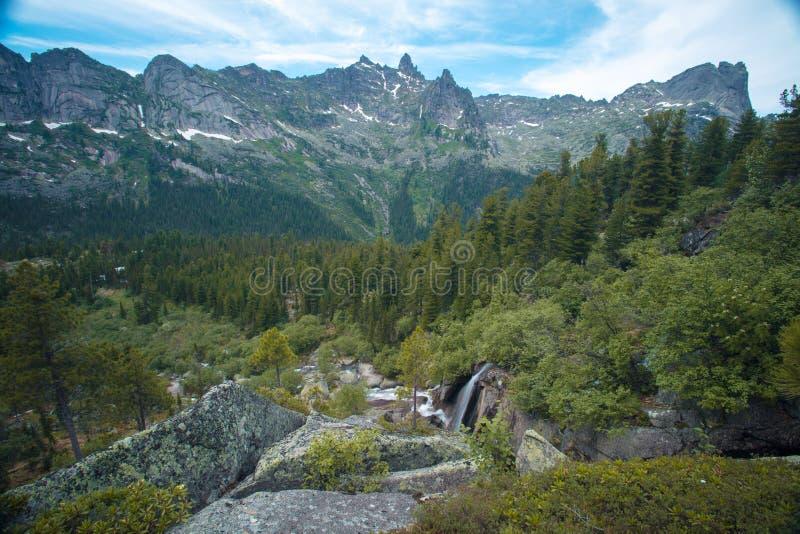 Cachoeira da montanha Paisagem muito bonita com a montanha waterfal fotografia de stock royalty free