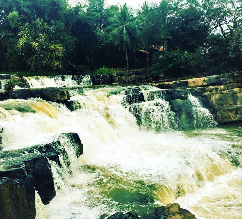 Cachoeira da paisagem As grandes rochas racharam a água em um fluxo do rio fluxo da natureza da cachoeira imagem de stock royalty free