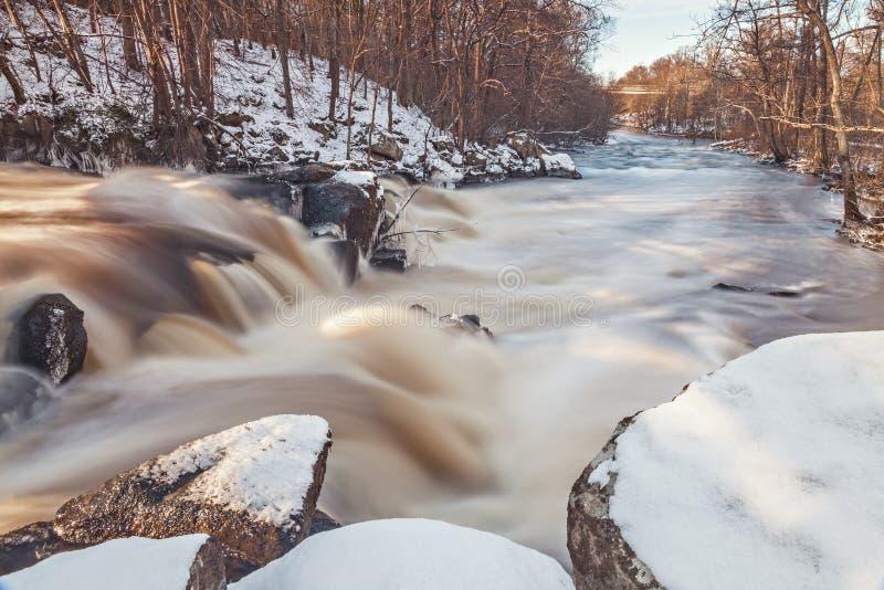 Cachoeira da represa na Suécia foto de stock