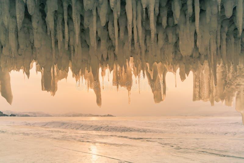Cachoeira de congelação na caverna de gelo na estação do inverno de Rússia do lago da água de Baikal fotos de stock royalty free