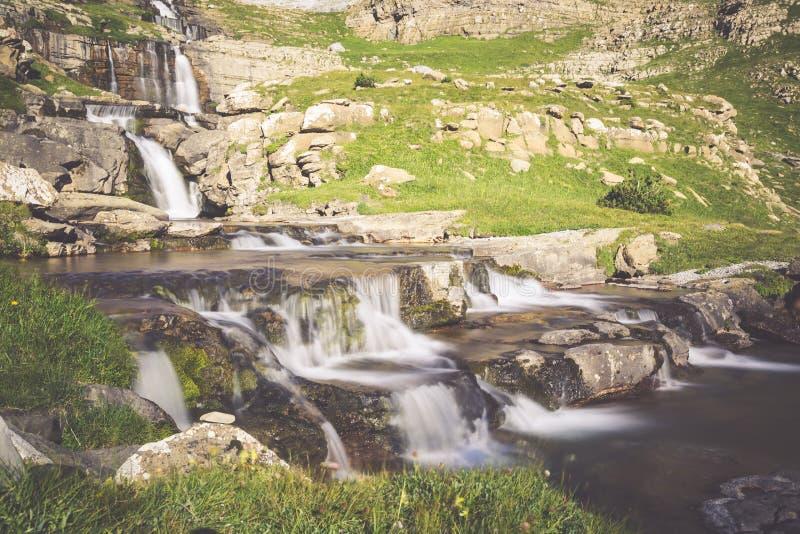 Cachoeira de cotatuero sob Monte Perdido no vale Arag de Ordesa imagens de stock