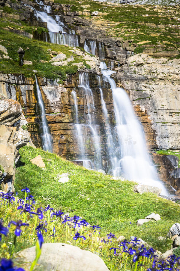 Cachoeira de cotatuero sob Monte Perdido no vale Arag de Ordesa fotos de stock