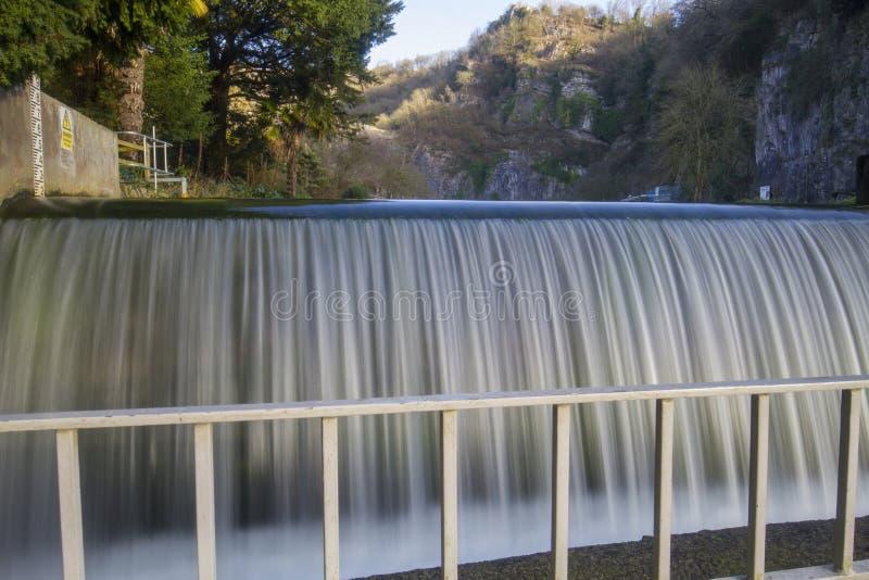 cachoeira de fluxo no desfiladeiro imagem de stock