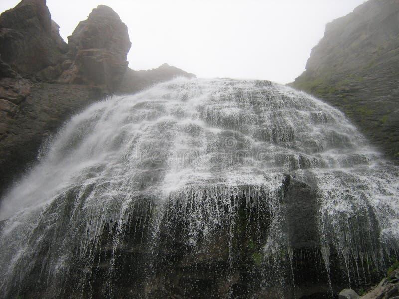 Cachoeira de fluxo pitoresca alta imagens de stock