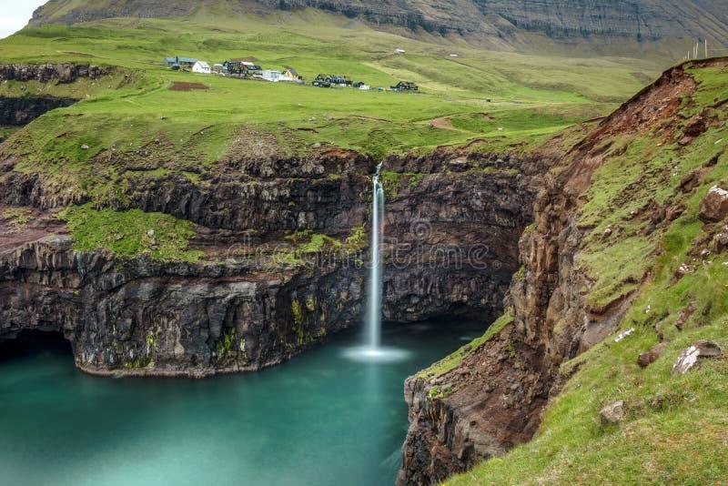 Cachoeira de Gasadalur em faroé imagens de stock