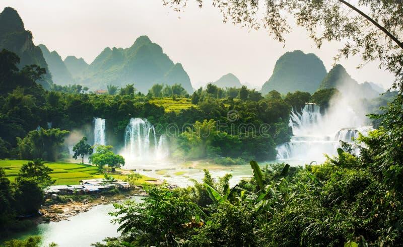 Cachoeira de Gioc Detian da proibição na beira de China e de Vietname imagens de stock royalty free