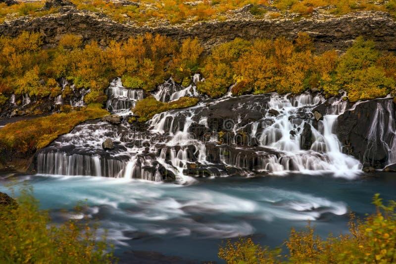 Cachoeira de Hraunfossar em Islândia Paisagem colorida do outono fotografia de stock