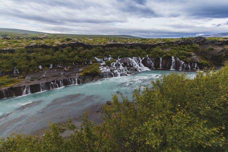 Cachoeira de Hraunfossar na temporada de verão Islândia Europa foto de stock royalty free
