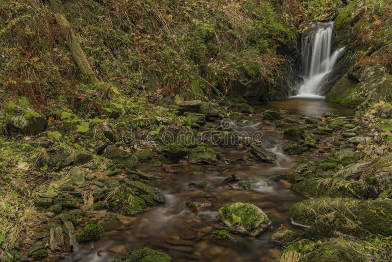 Cachoeira de Javori na angra de Javori em montanhas de Krkonose fotos de stock royalty free