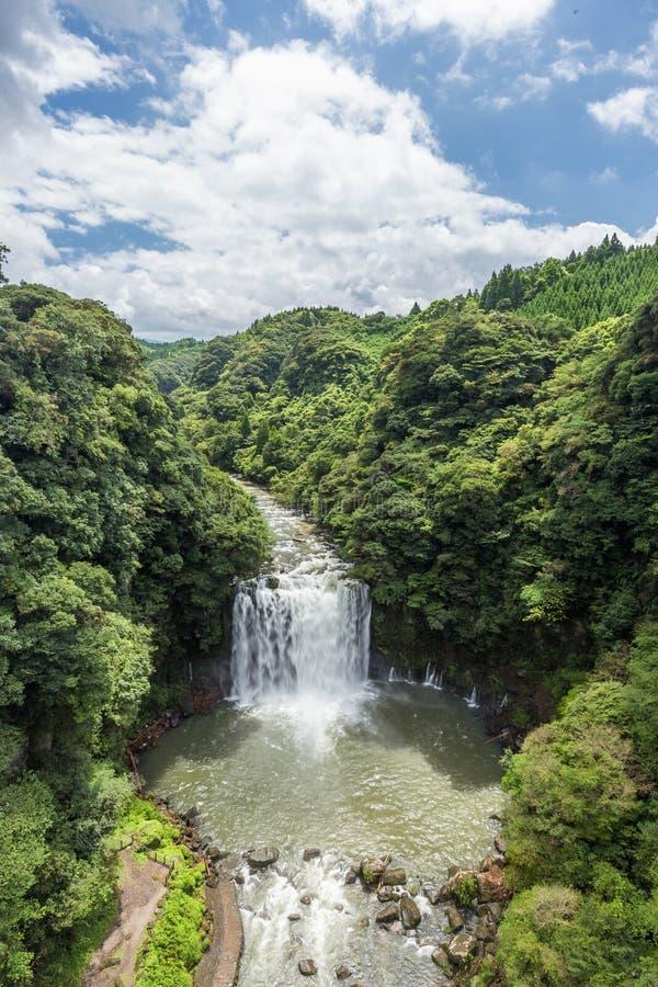 Cachoeira de Kamikawa Otaki e floresta verde em Kagoshima imagens de stock royalty free