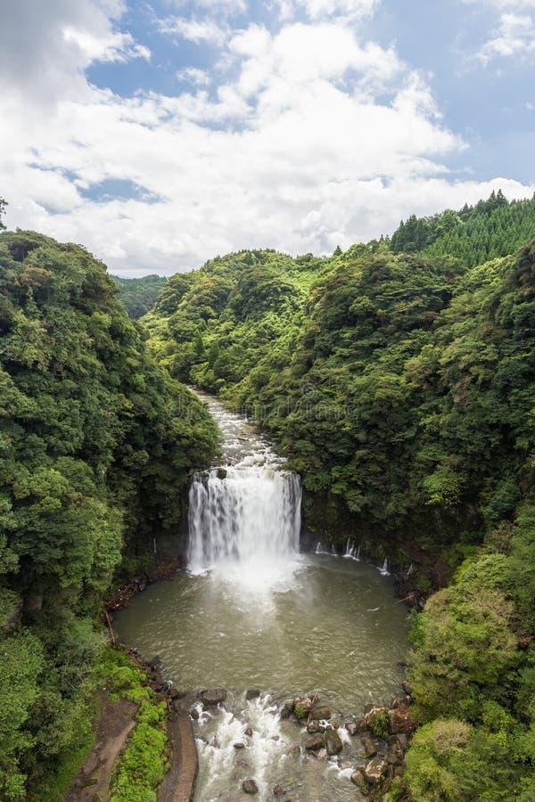 Cachoeira de Kamikawa Otaki e floresta verde em Kagoshima, Japão imagens de stock
