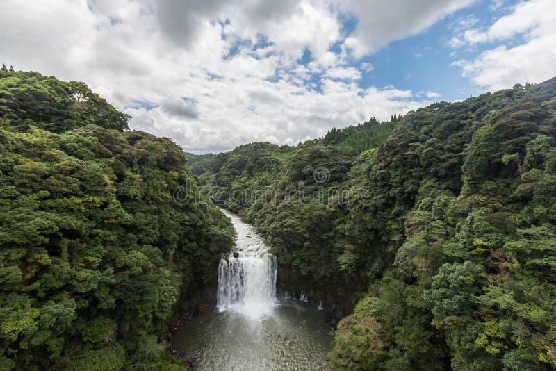 Cachoeira de Kamikawa Otaki e floresta verde em Kagoshima, Kyushu imagens de stock