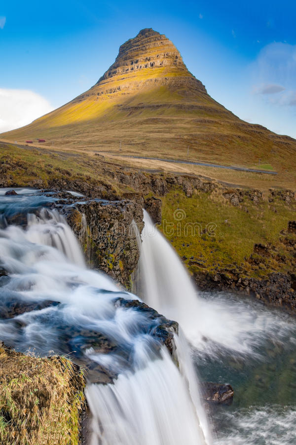 Cachoeira de Kirkjufellfoss e montanha de Kirkjufell, Islândia fotografia de stock royalty free