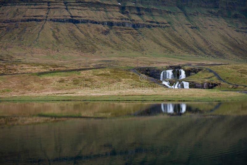 Cachoeira de Kirkjufellfoss em Islândia imagem de stock