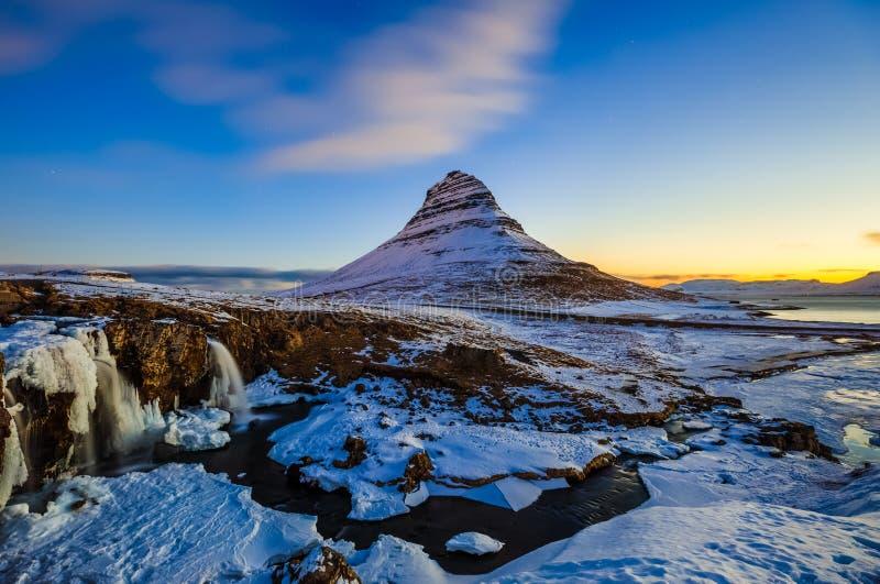 Cachoeira de Kirkjufellsfoss com a montanha de Kirkjufell no nascer do sol, I fotos de stock royalty free