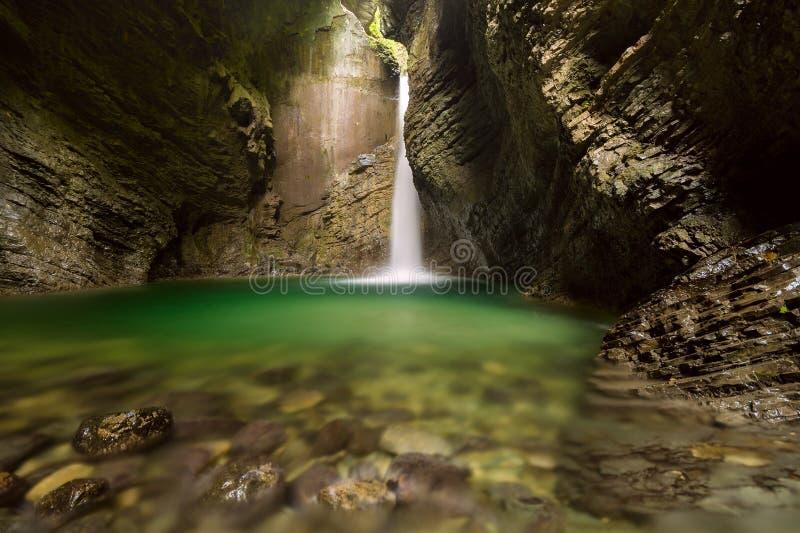Cachoeira de Kozjak (batida Kozjak) - Kobarid, Eslovênia imagens de stock