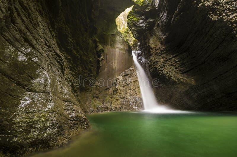 Cachoeira de Kozjak (batida Kozjak) - Kobarid, Eslovênia fotografia de stock
