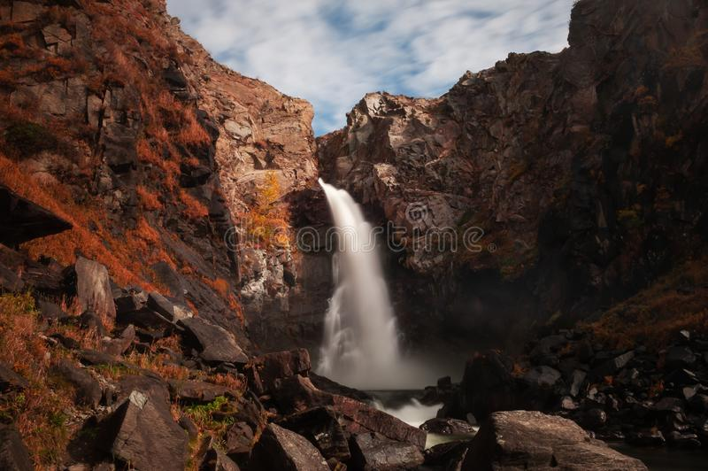 Cachoeira de Kurkure em montanhas no outono, Altai de Altai, Sibéria, Rússia imagens de stock