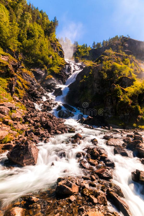 Cachoeira de Langfossen em Noruega no dia de verão ensolarado imagens de stock