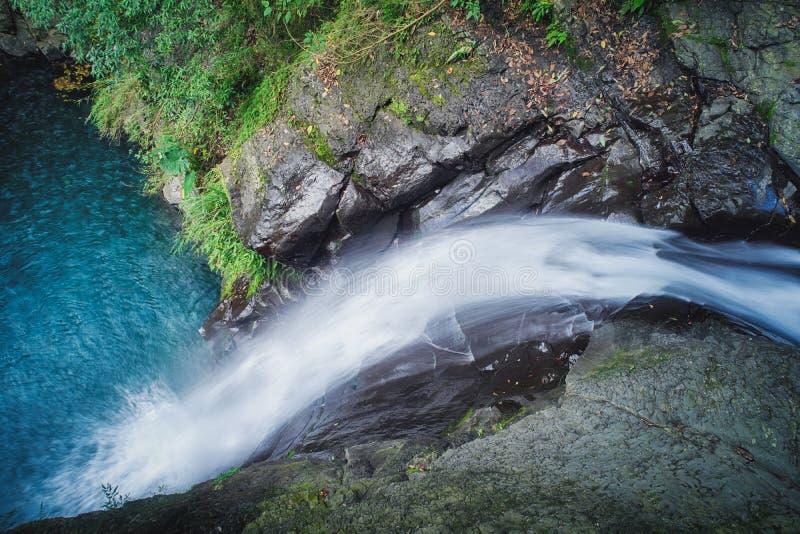 Cachoeira de Longfeng em Sunny Day, tiro em Xiao Wulai Scenic Area, distrito de Fuxing, Taoyuan, Taiwan imagens de stock