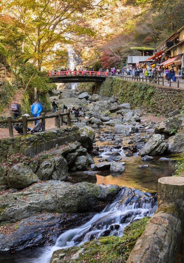 Cachoeira de Minoo com a ponte vermelha no outono no nati de Minoo ou de Minoh imagens de stock royalty free