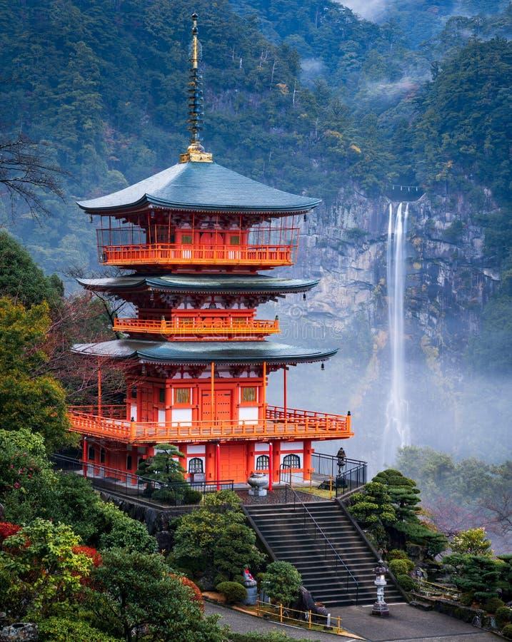 Cachoeira de Nachi com pagode vermelho, Wakayama, Japão imagens de stock royalty free
