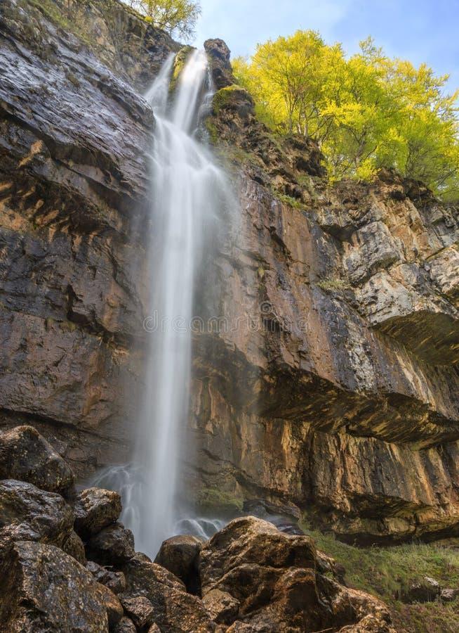 Cachoeira de pedra em montanhas de Balcãs, Bulgária do pinho (Borov Kamak) foto de stock royalty free