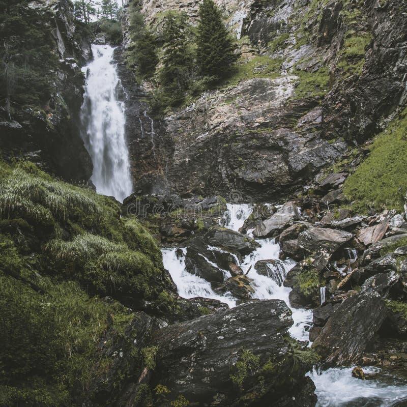Cachoeira de Saent em cumes italianos fotos de stock