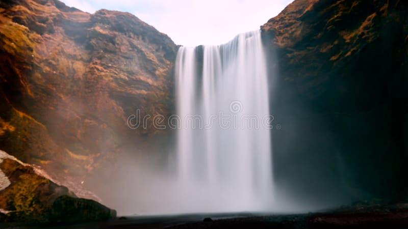 A cachoeira de Skogafoss é uma das cinco cachoeiras as mais grandes em Islândia foto de stock