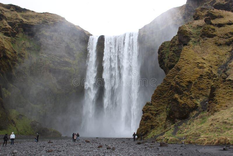 Cachoeira de Skogafoss Atração turística natural de Islândia Paisagem do inverno em um dia ensolarado Surpresa na natureza fotografia de stock